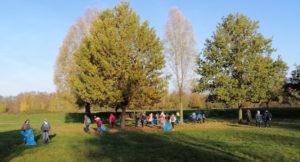 Grundschüler sammeln Müll auf Grünanlagen